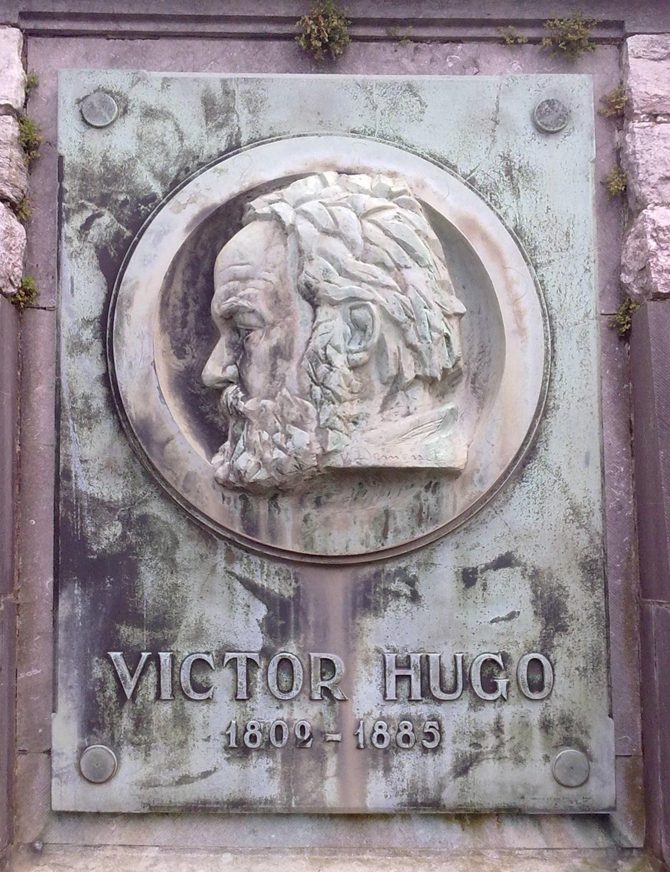Imagen del autor en la <em>Colonne Victor Hugo</em> en Waterloo (Bélgica).