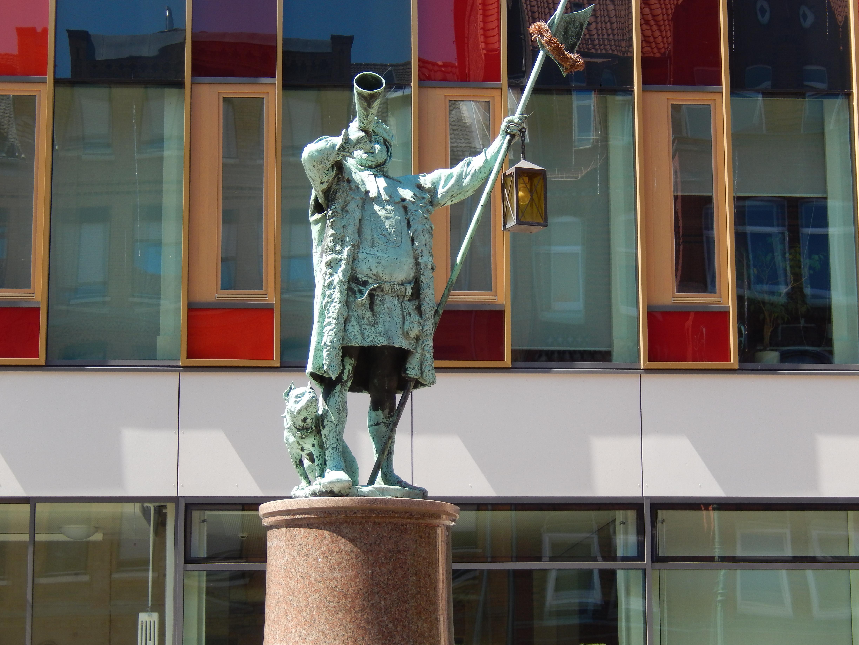 Datei:Nachtwächter auf Brunnen Hannover-Linden.jpg – Wikipedia