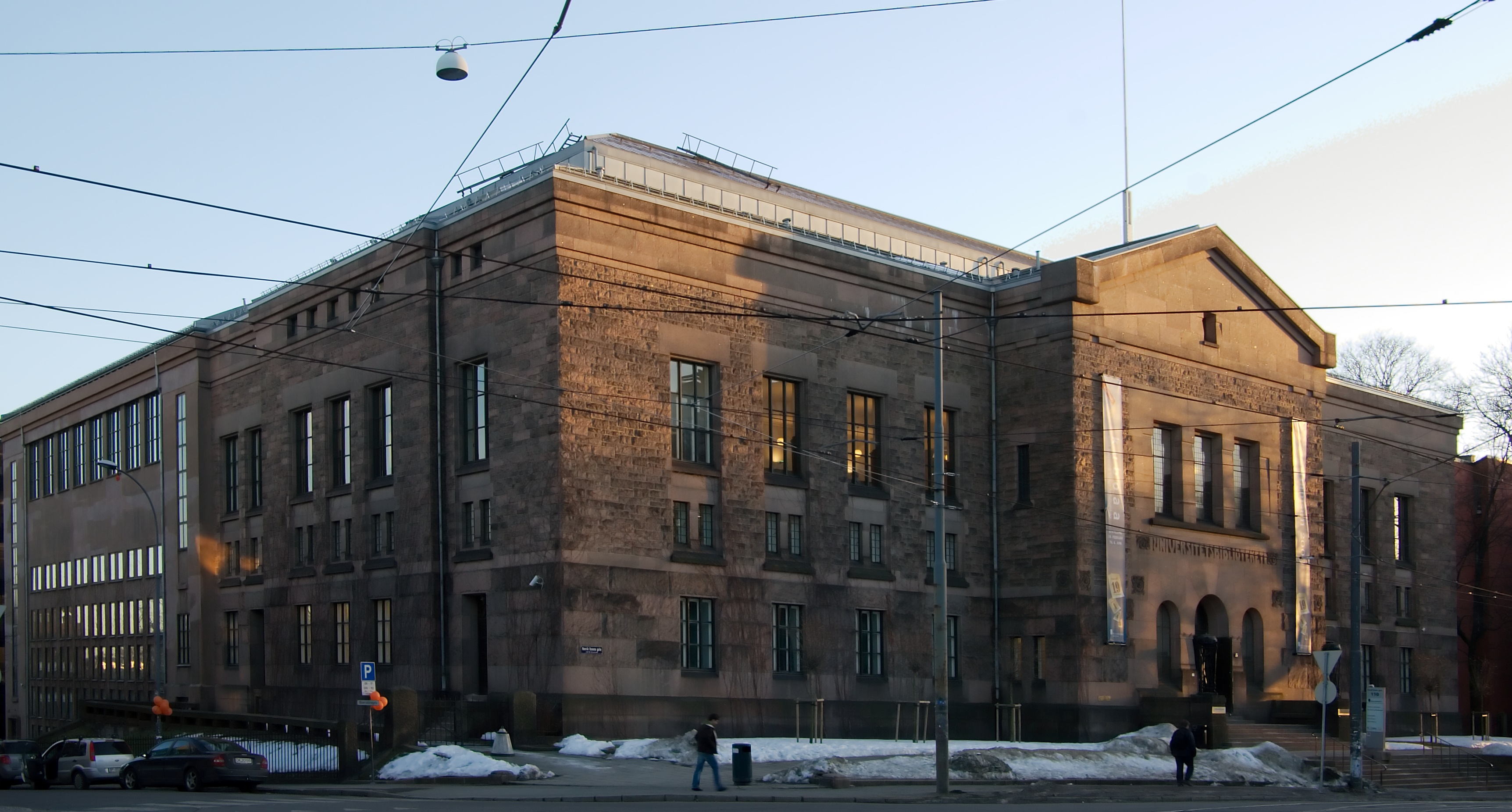 Biblioteca Nacional de Noruega digitaliza sus fondos y los pone gratis en línea. Nasjonalbiblioteket_i_Oslo