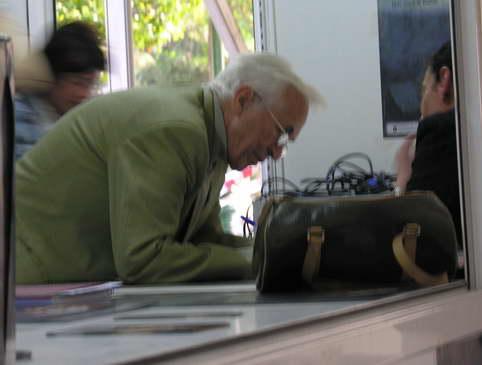 Neira Vilas firmando un libro en 2006.