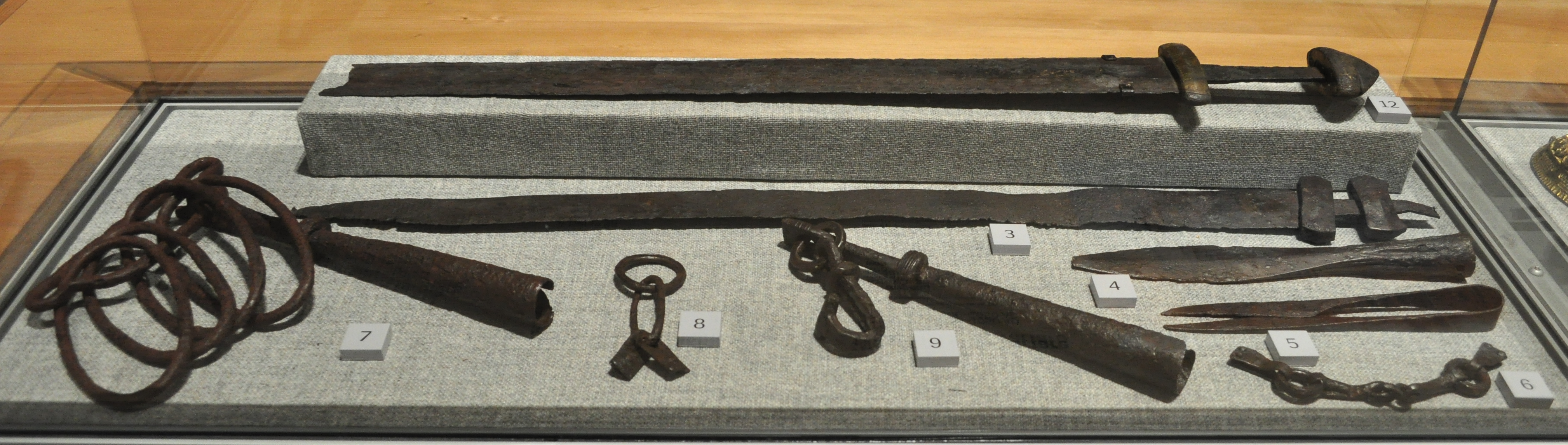 File Nordic Museum Contents Of A Viking Grave And Other Warfare Related Items 01 Jpg Wikimedia Commons