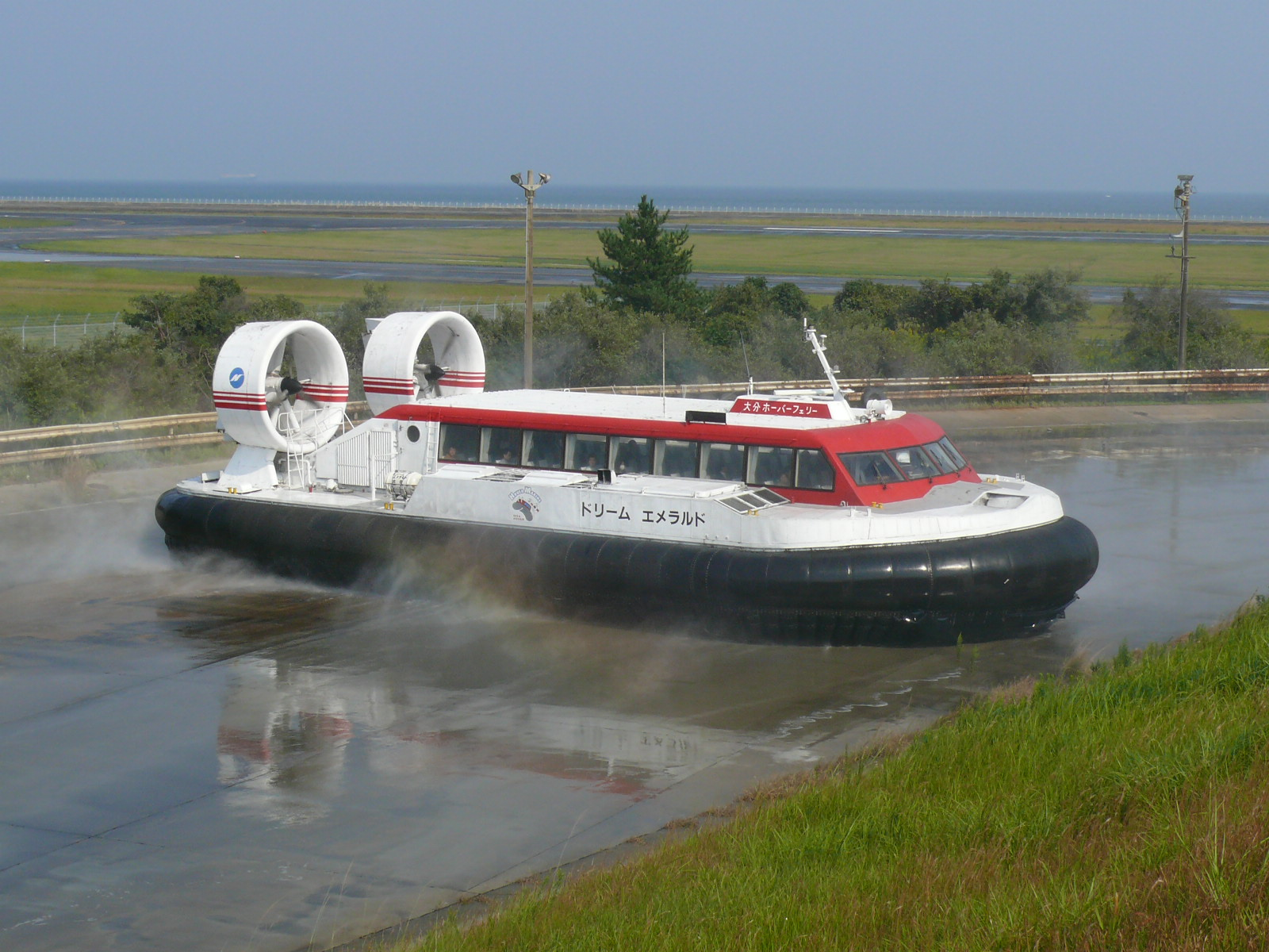 https://upload.wikimedia.org/wikipedia/commons/4/4f/Oita_Hover_Ferry_Dream_emerald.JPG