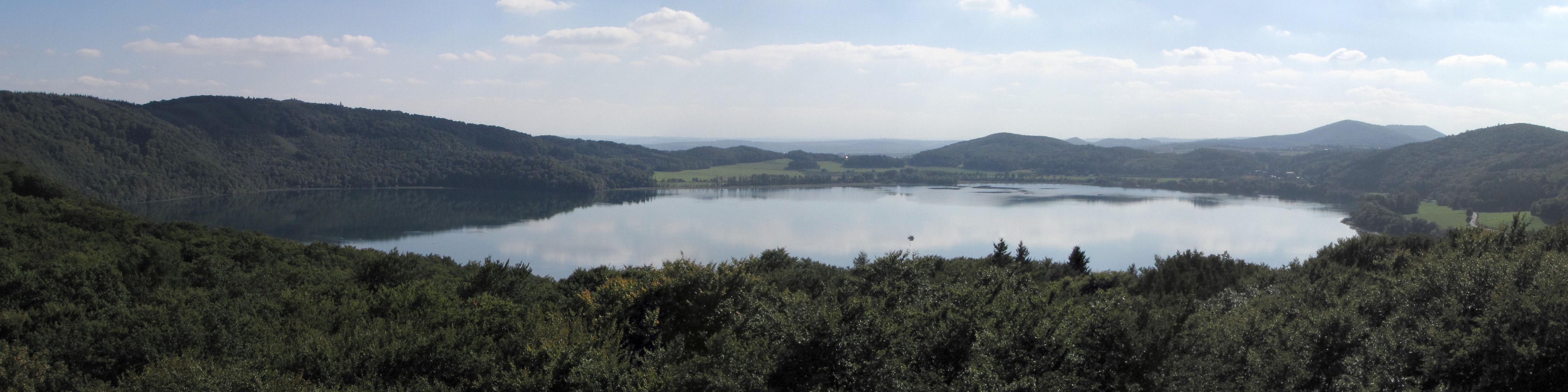 https://upload.wikimedia.org/wikipedia/commons/4/4f/Panorama_Laacher_See_2010.jpg