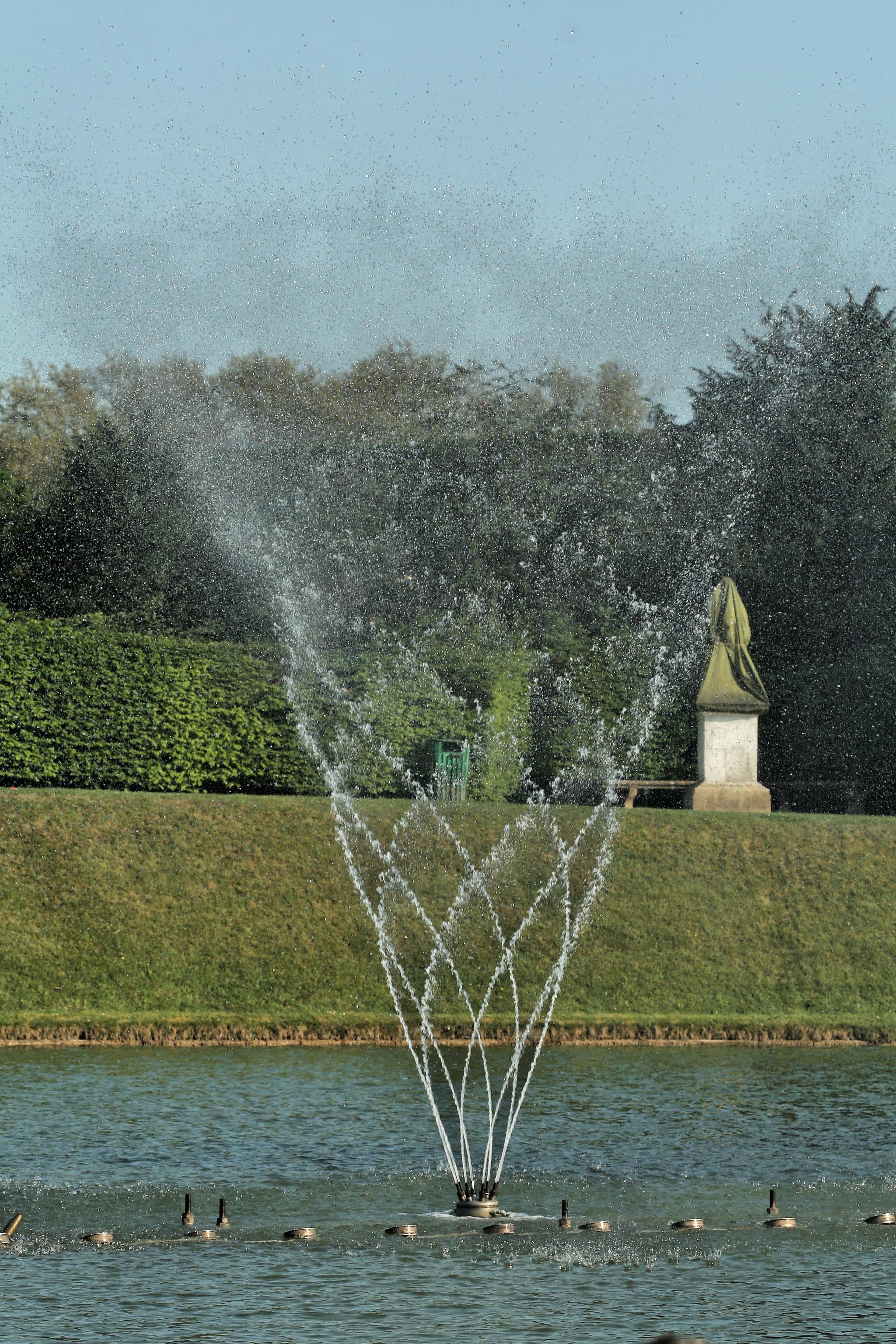 File parc de versailles bassin du miroir jets d 39 eau wikimedia commons - Bassin effet miroir toulon ...