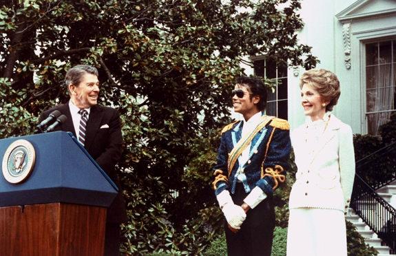 Jackson en la Casa Blanca recibió un premio del presidente Ronald Reagan y la primera dama Nancy Reagan, 1984.