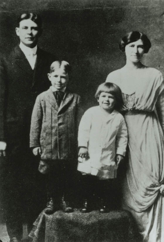 Ronald Reagan with family 1916-17.jpg