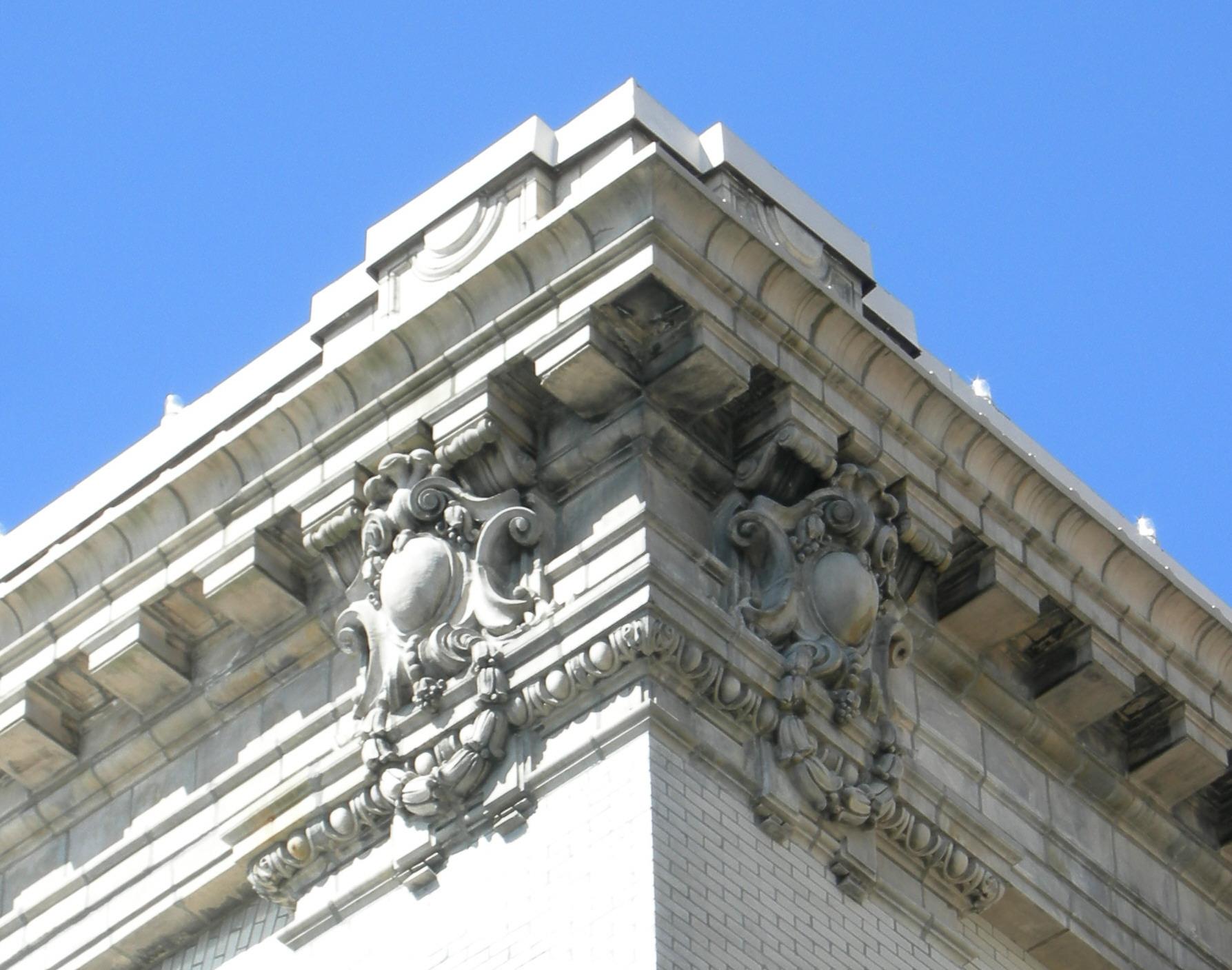 File:Seattle - Queen Anne High - cornice 01 jpg - Wikimedia