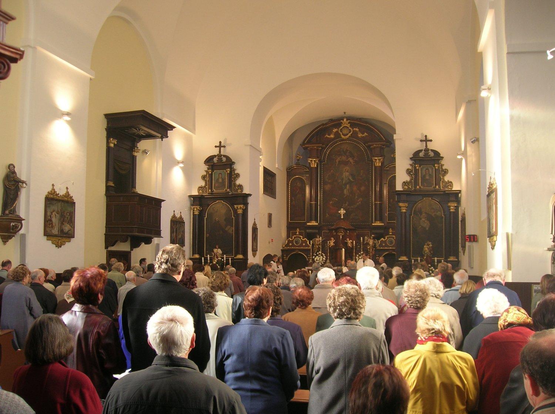 Grande grupo de leigos a participarem numa missa.