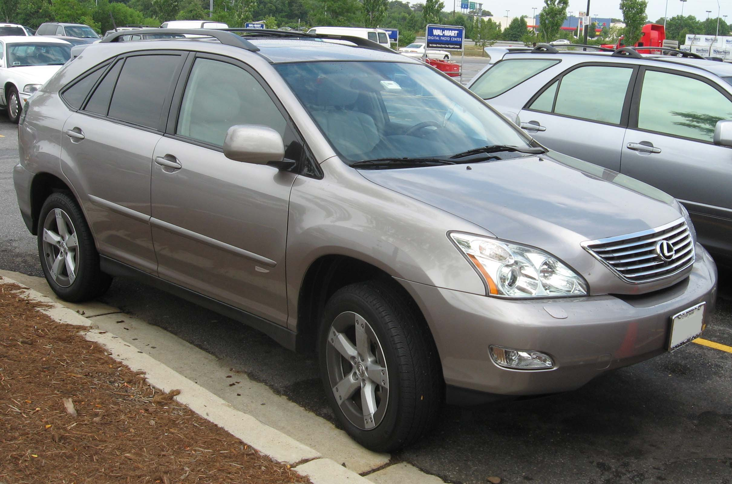 https://upload.wikimedia.org/wikipedia/commons/5/50/2005-Lexus-RX330-Thundercloud.jpg