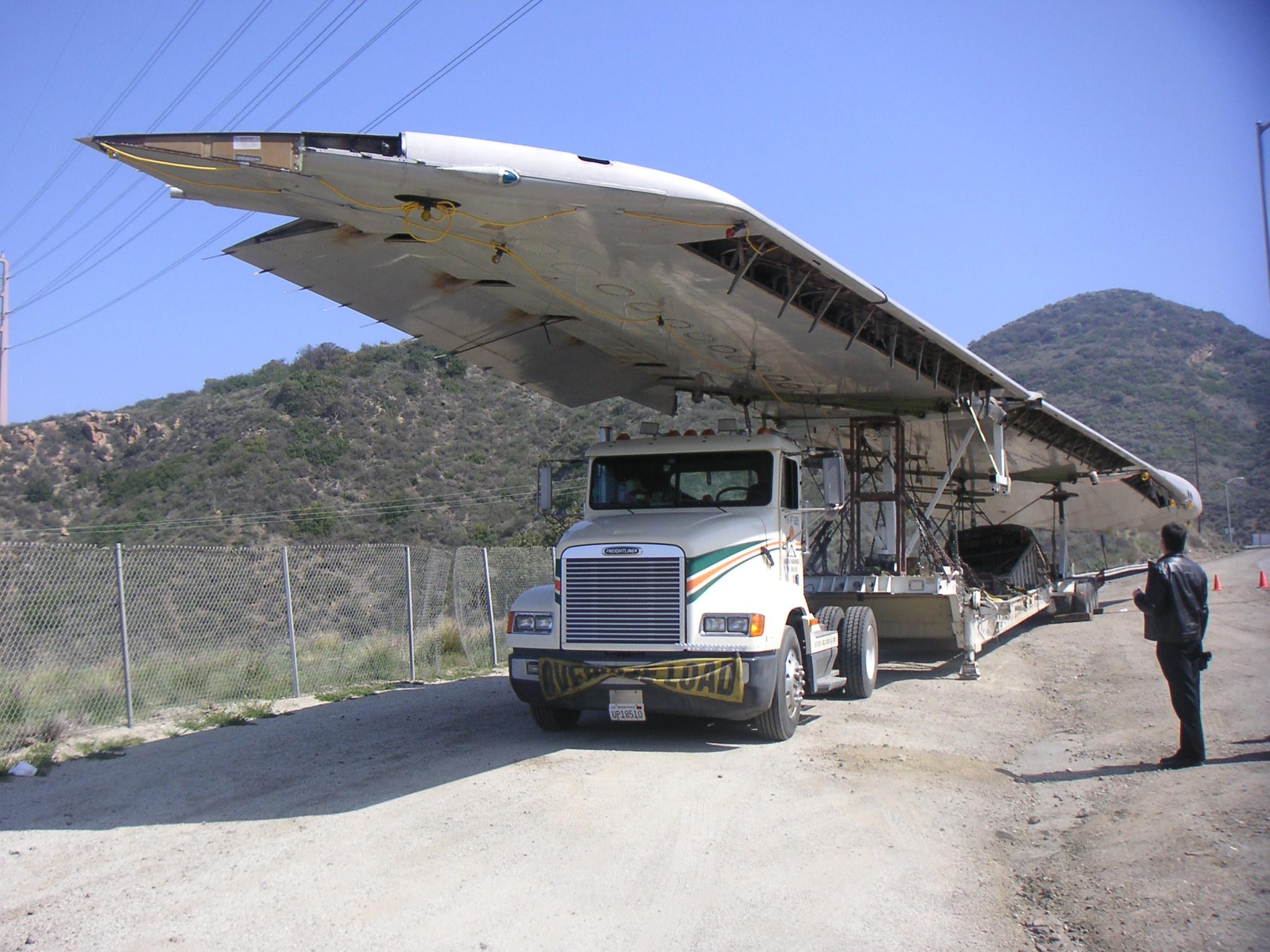 file 747 wing on semi truck jpg wikimedia commons