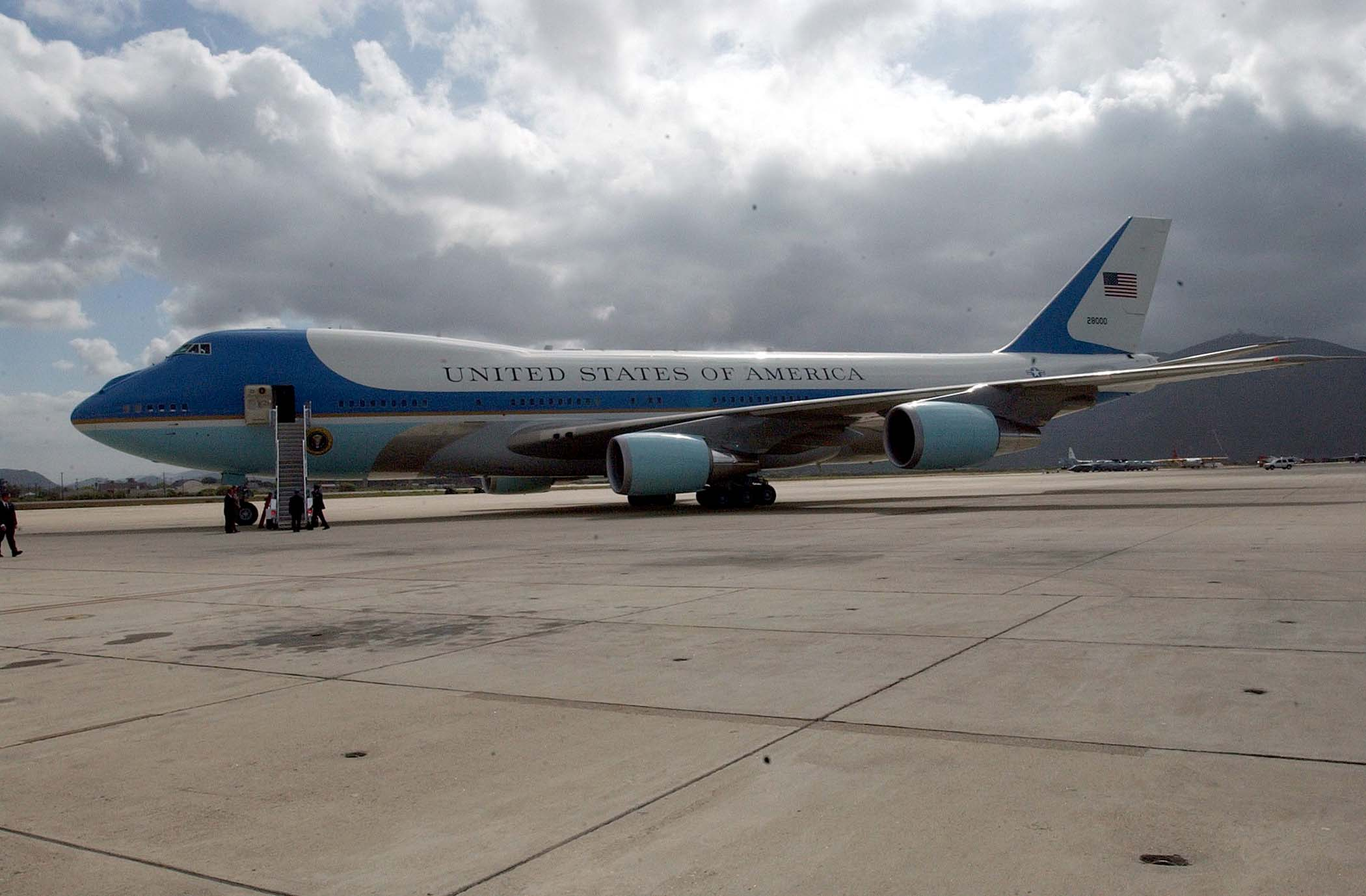 Fichier:Air Force One sits on tarmac for Reagan funeral.jpg
