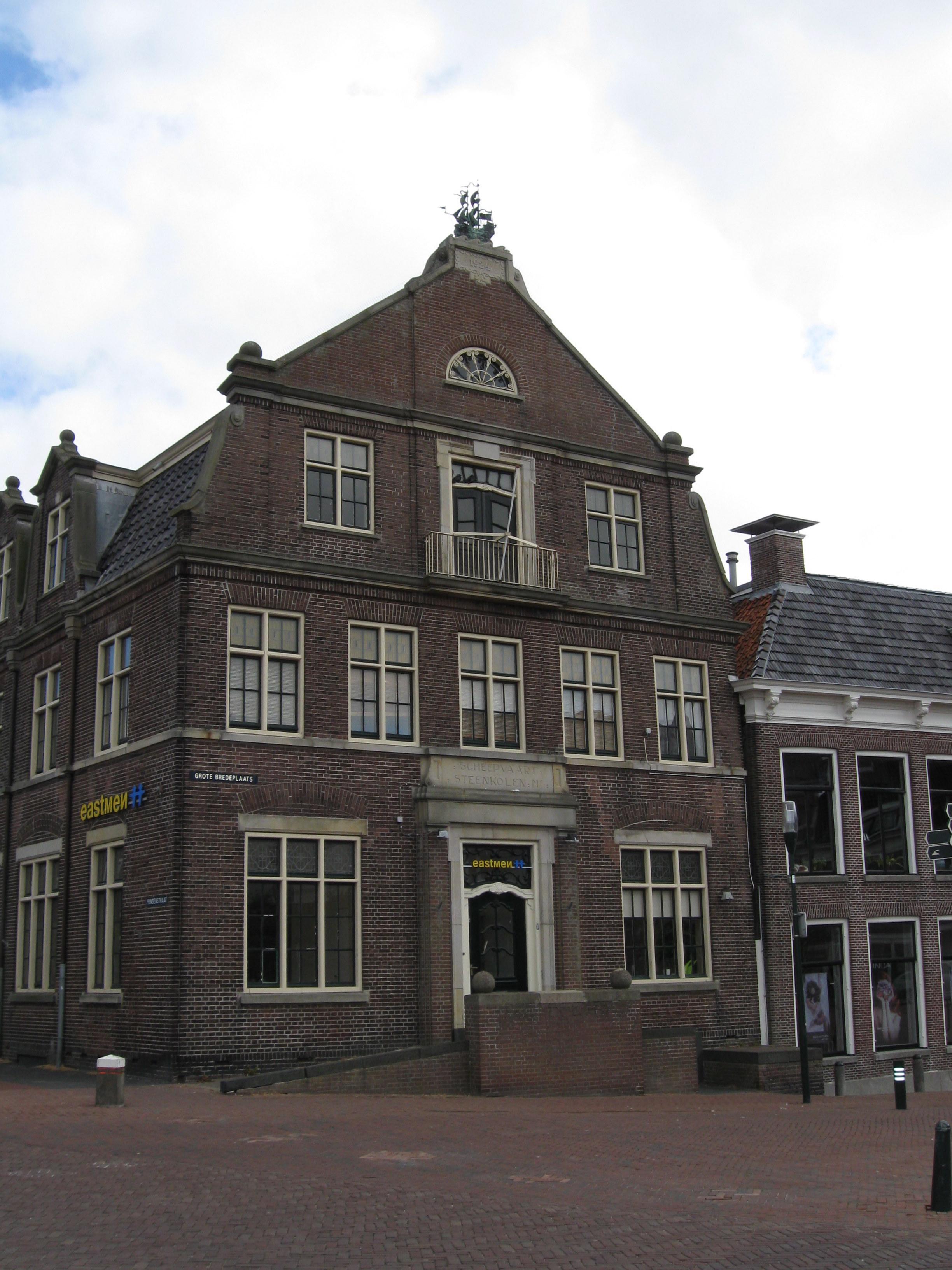 """Kantoorgebouw met woning en garage van de voormalige """"Scheepvaart ..."""