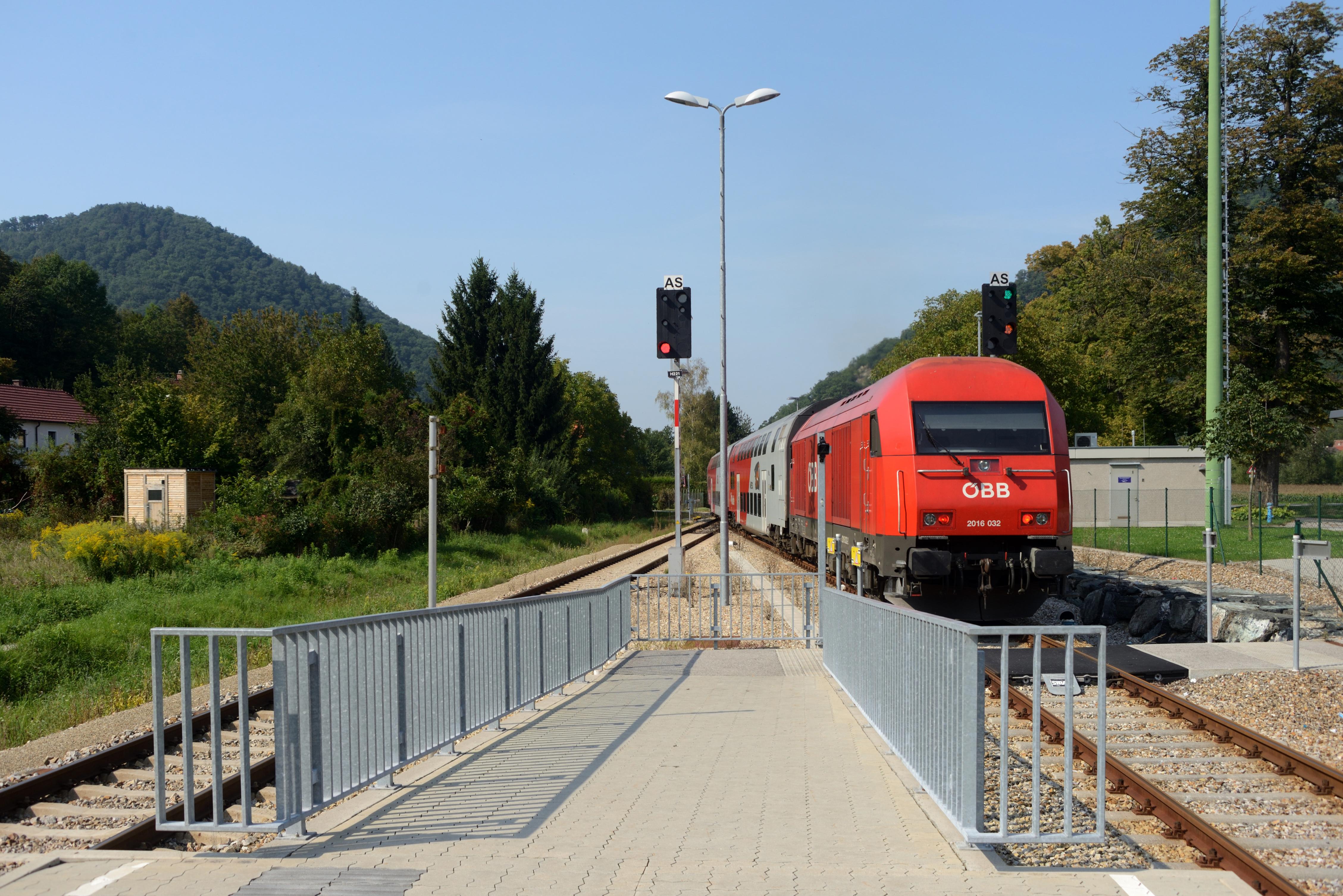 File Bahnhof Paudorf Bahnsteig Zugang Jpg Wikimedia Commons