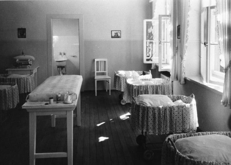 Fichier:Bundesarchiv B 145 Bild-F051638-0061, Lebensbornheim, Säuglingszimmer.jpg