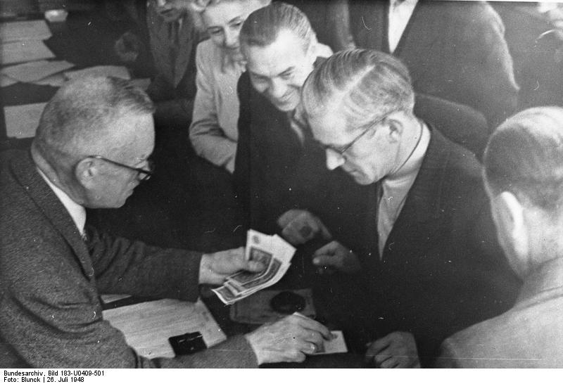 File:Bundesarchiv Bild 183-U0409-501, Berlin, Einführung der DM.jpg