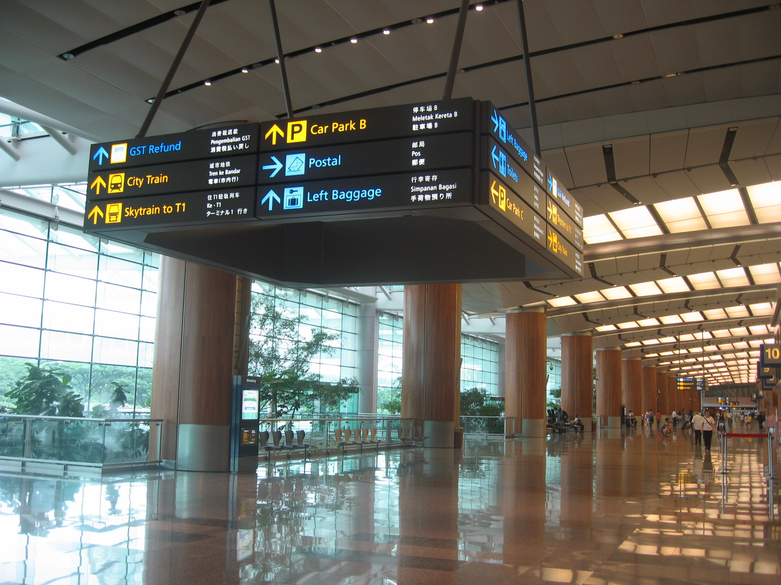 https://upload.wikimedia.org/wikipedia/commons/5/50/Changi_Airport,_Terminal_2,_Departure_Hall_11.JPG