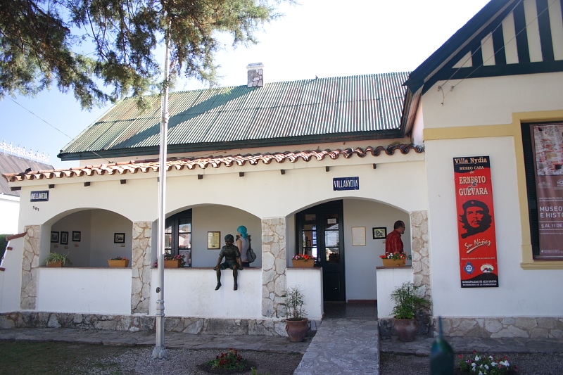 Casa de la familia Guevara en Alta Gracia (Córdoba). En la entrada puede verse una estatua de Ernesto de niño, sentado sobre la pared.