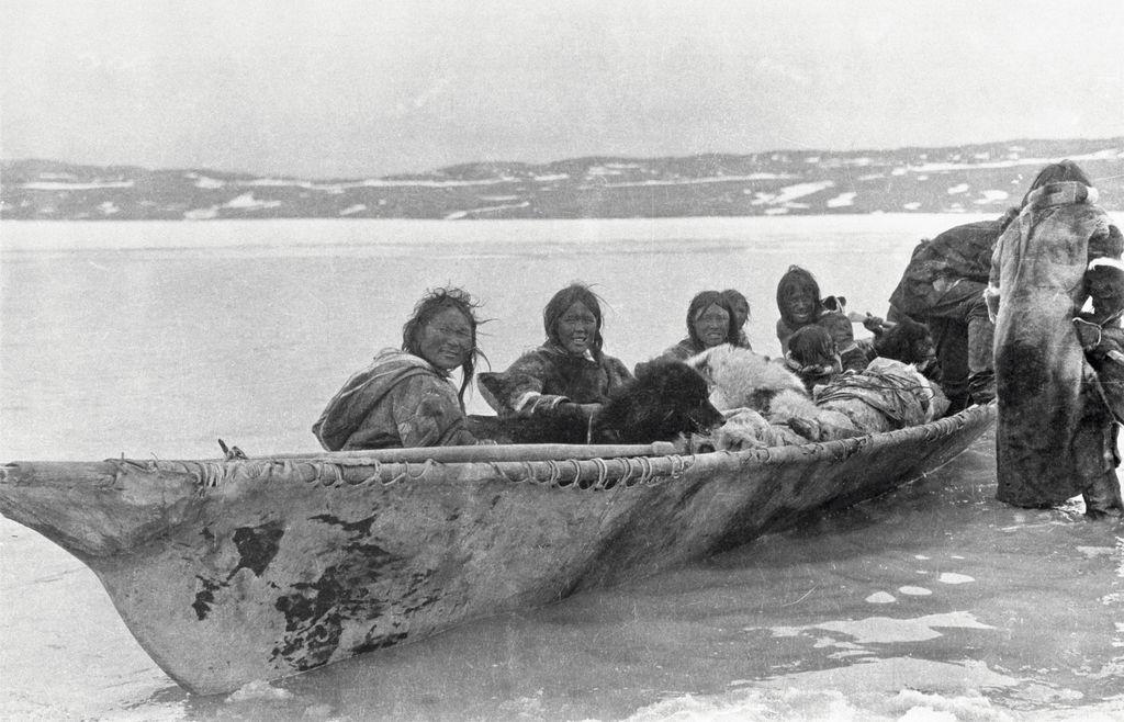 File:Copper Inuit in an umiak at Port Epworth (38553).jpg - Wikimedia  Commons