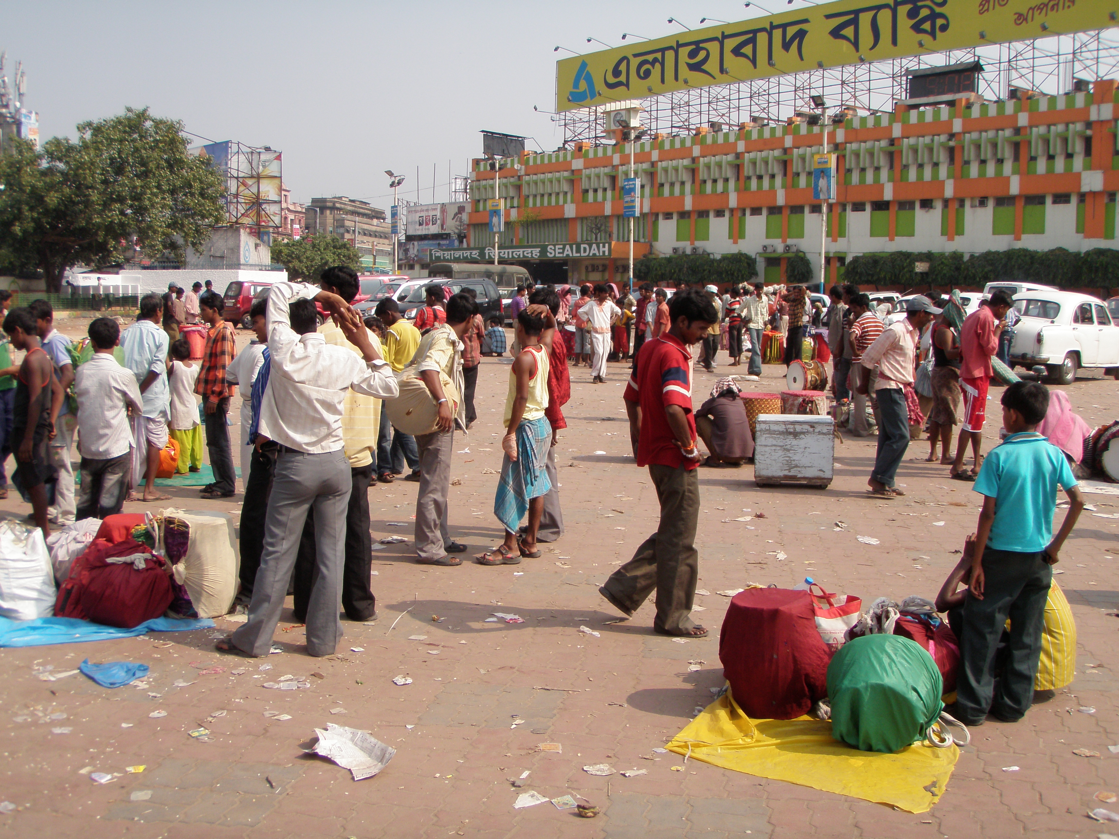 https://upload.wikimedia.org/wikipedia/commons/5/50/Dhaki_Bazaar_-_Sealdah_Railway_Station_-_Kolkata_2011-10-03_030245.JPG