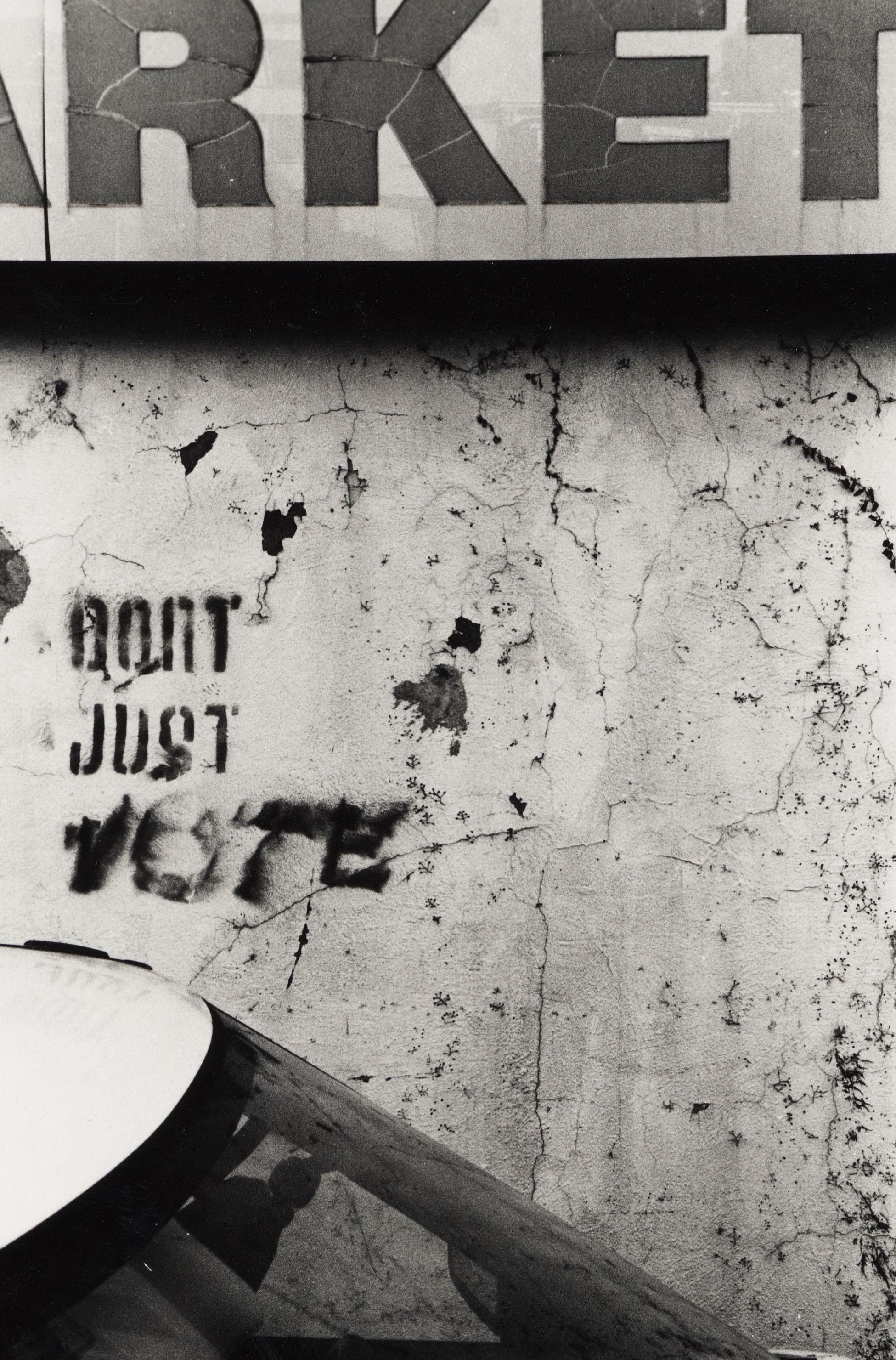 Don't Just Vote - Schriftzug an einer Wand - Quelle: WikiCommons