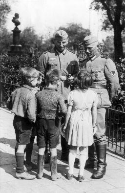 Duitse soldaten in gesprek met kinderen (2949413382)