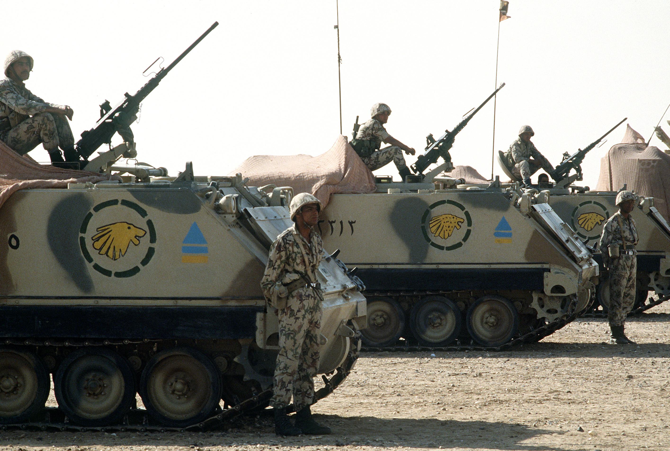اصْطِفافٌ جنودُ الجيش المصري مع ام 113 ناقلة جنود مدرعة أثناء عملية درع الصحراء