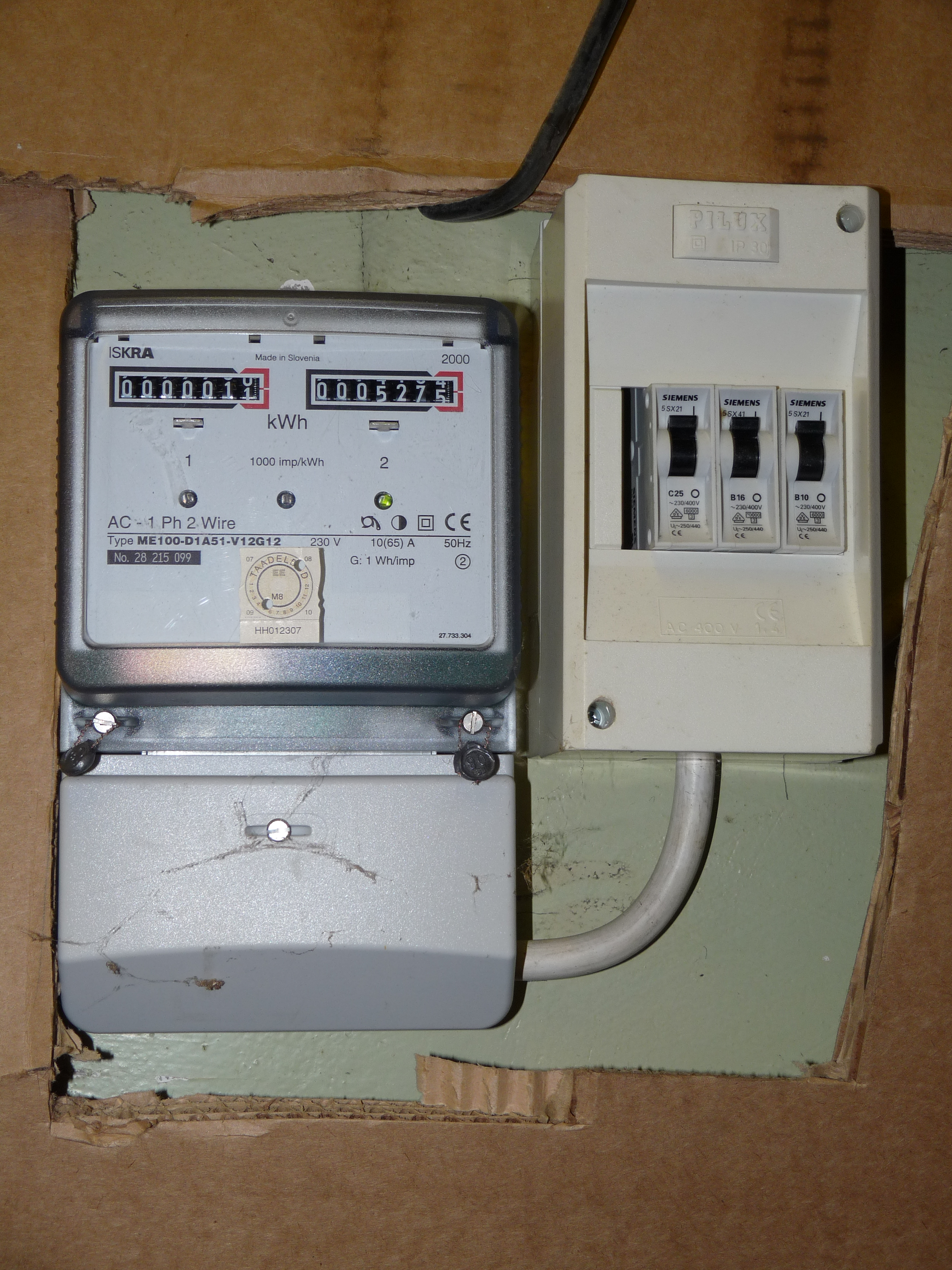 Fileelectricity Meter With Circuit Breakers Wikimedia Commons Standards And Description Of Circuitbreakers Electrical