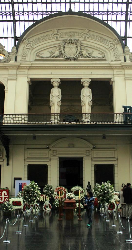 Exequias del poeta en el hall central del Museo Nacional de Bellas Artes de Chile.