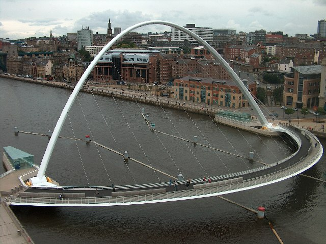 Arhitektura koja spaja ljude - Mostovi Gateshead_Millennium_Bridge_-_geograph.org.uk_-_76006