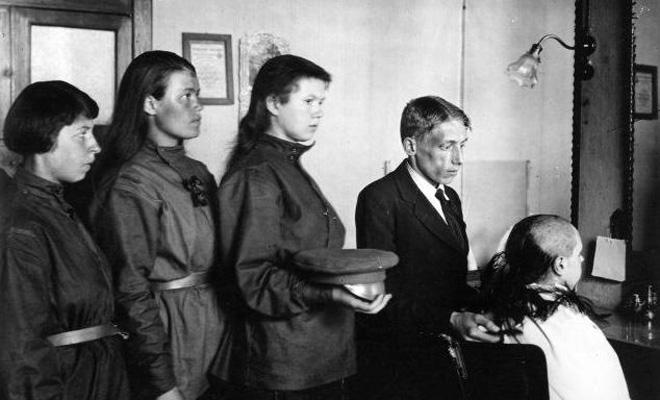 https://upload.wikimedia.org/wikipedia/commons/5/50/Haircut_genskii_battalion_1917.jpg