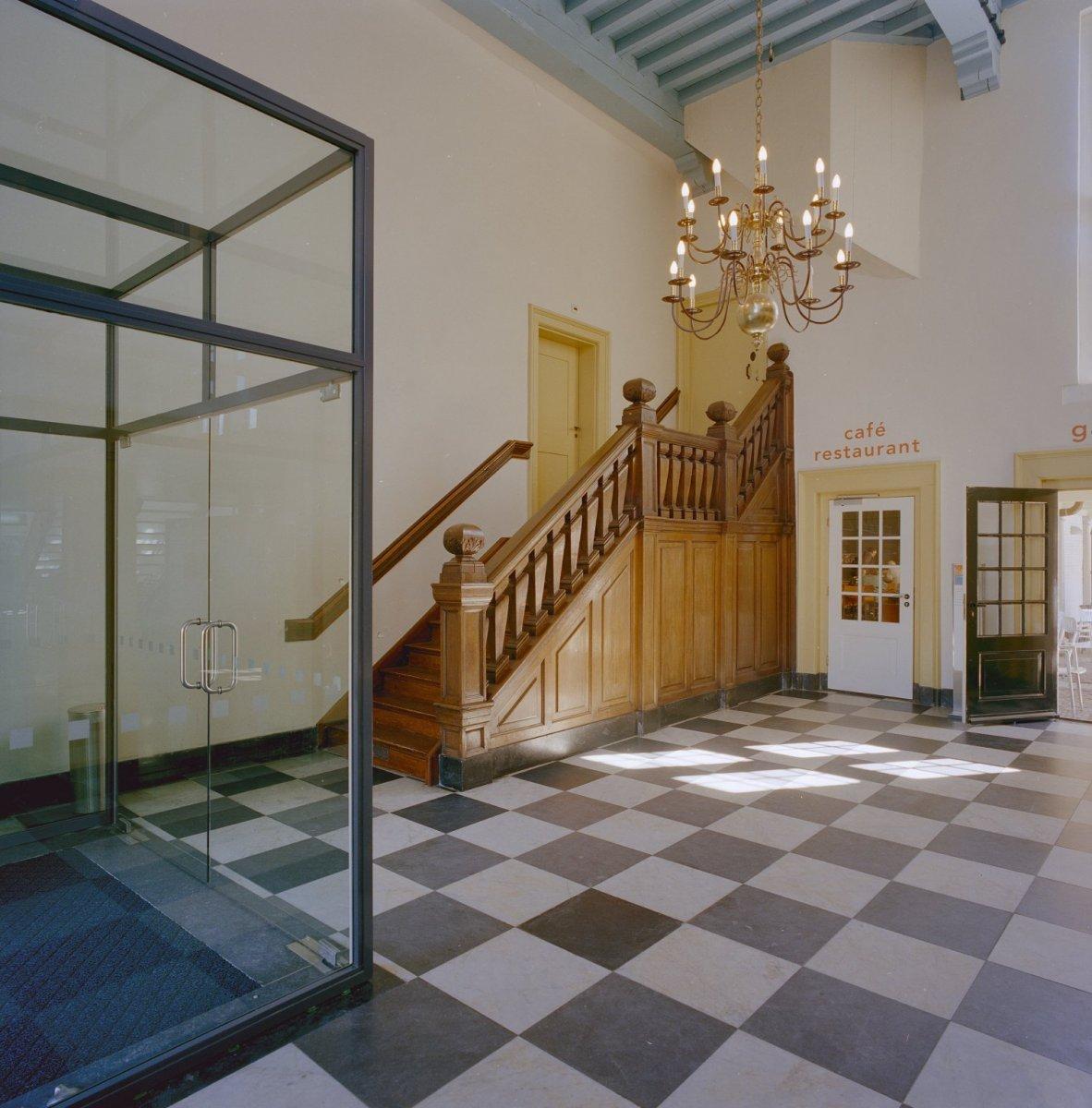 File interieur hal overzicht houten trap leiden 20338226 wikimedia commons - Interieur houten trap ...