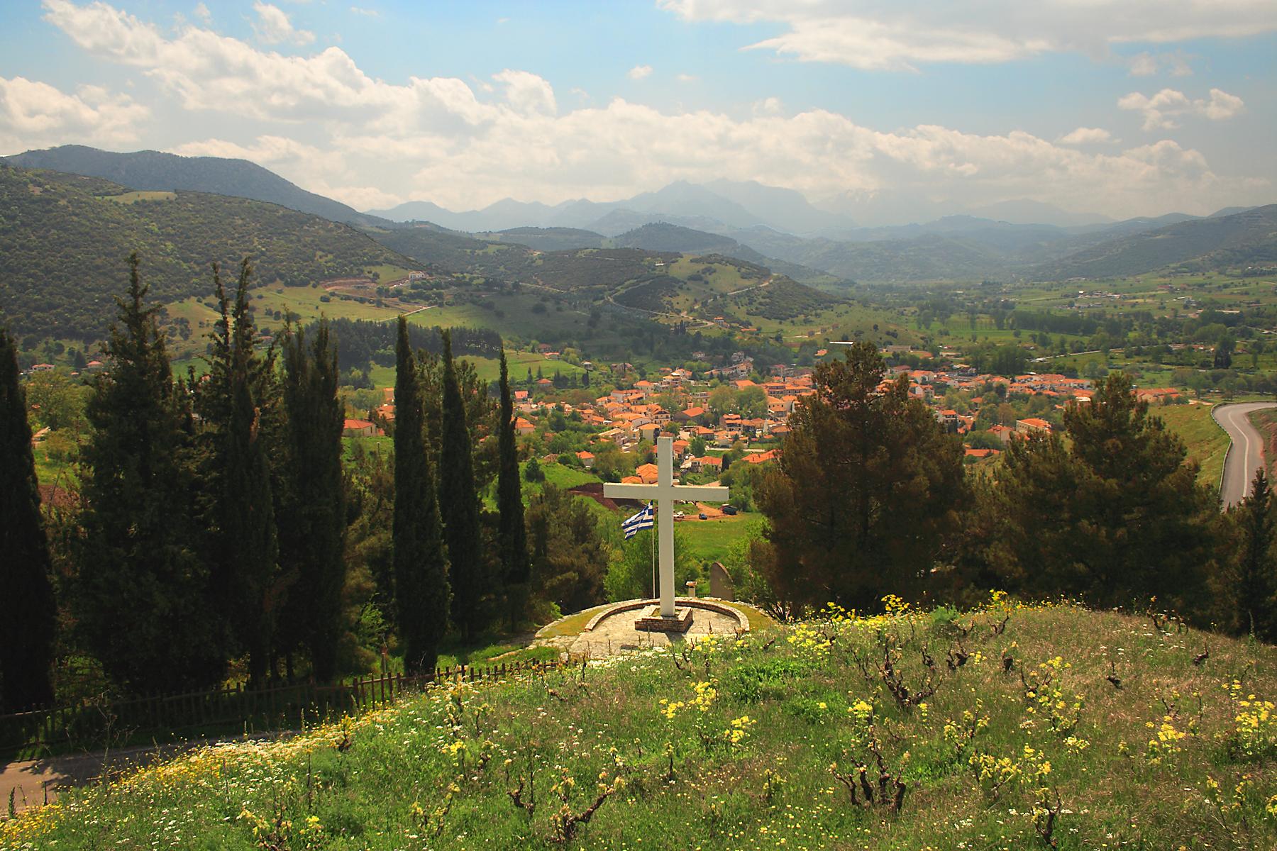 Крест на месте расстрела населения города Калаврита 1943 г. (Резня в Калаврите)