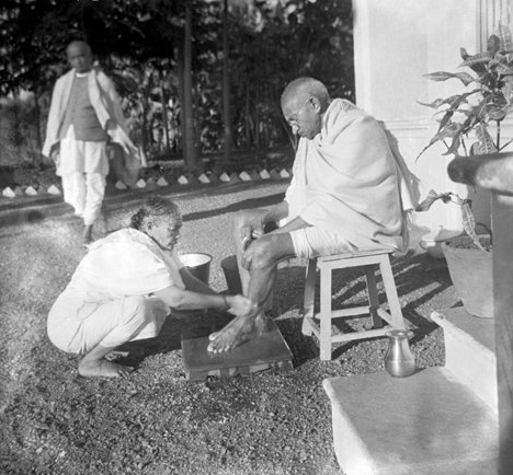 Kasturba washing Gandhi s feet