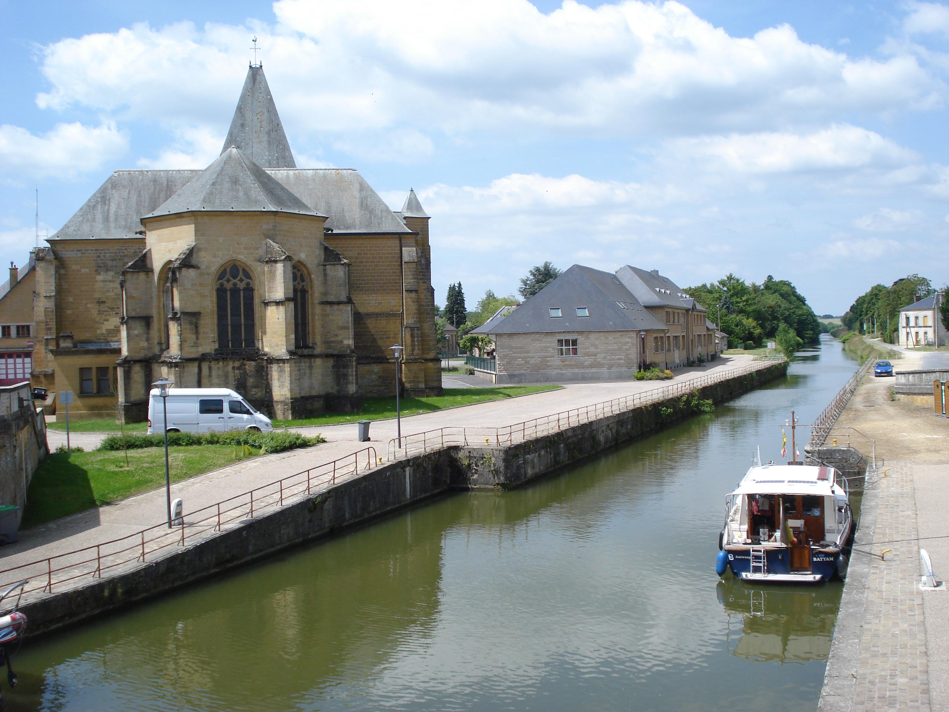 Le_Chesne_%28Ardennes%2C_Fr%29%2C_church_and_Canal_des_Ardennes.JPG