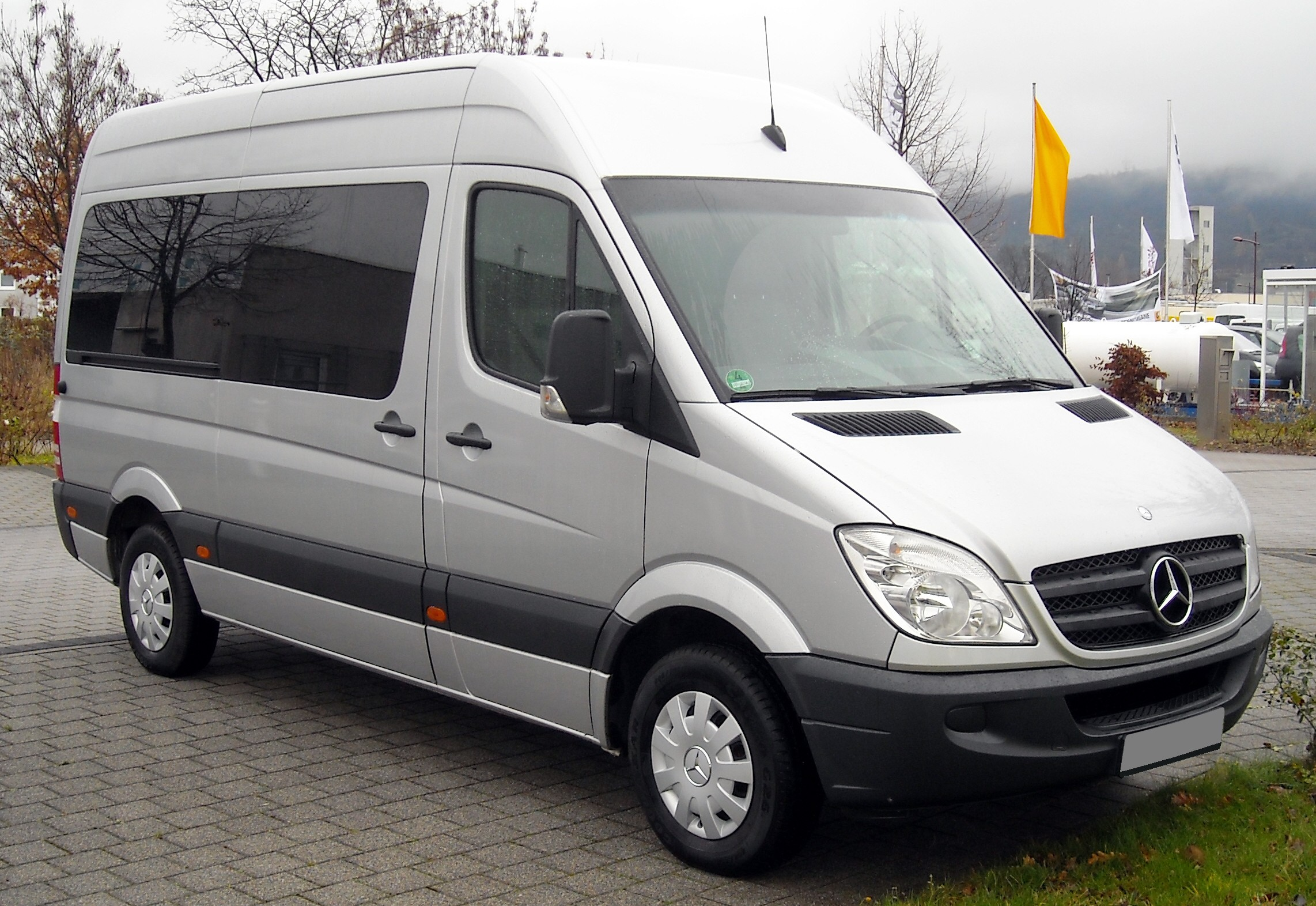 File mercedes benz sprinter front wikimedia for What is a mercedes benz sprinter