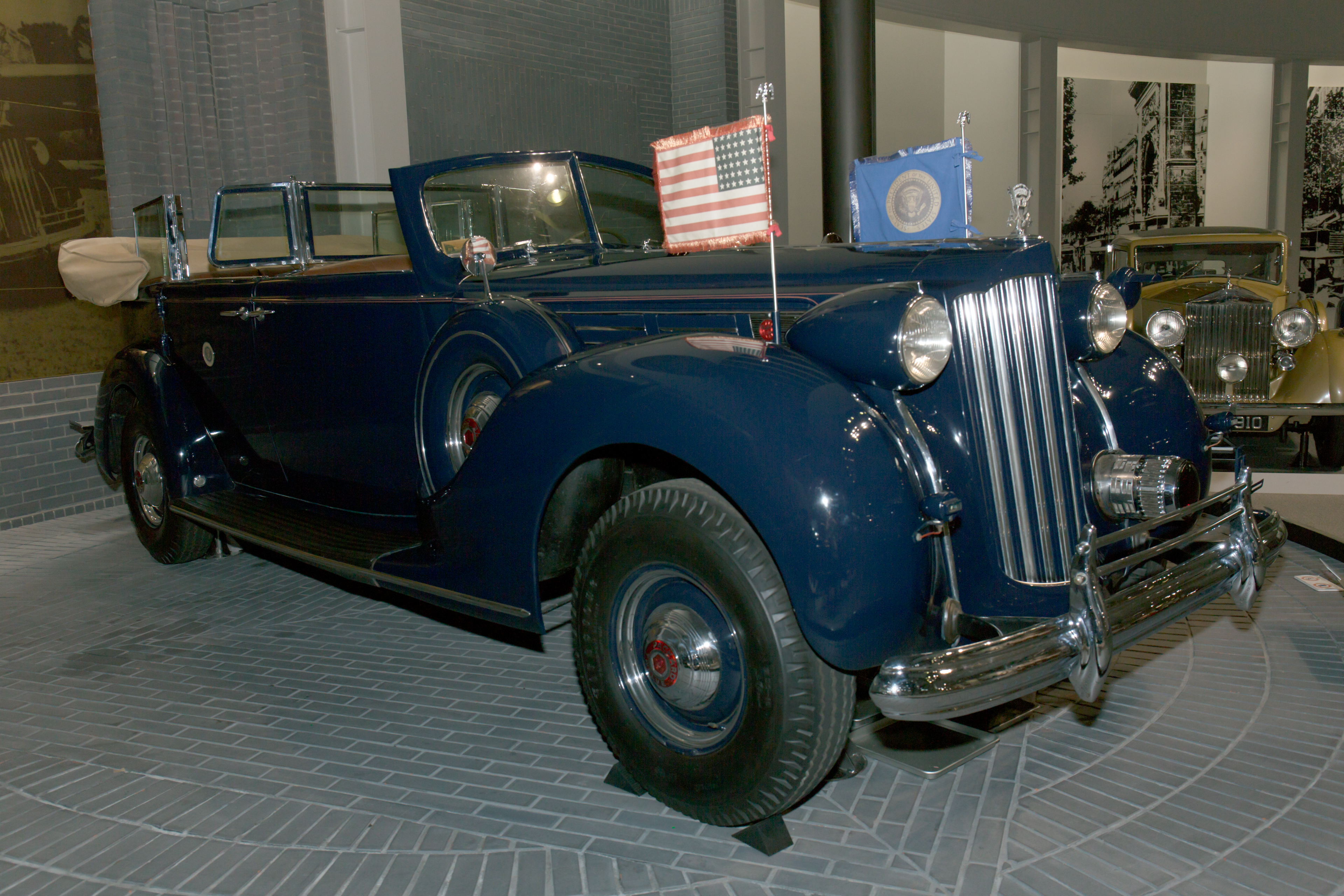 Packard_Twelve_presidential_car_%281939%