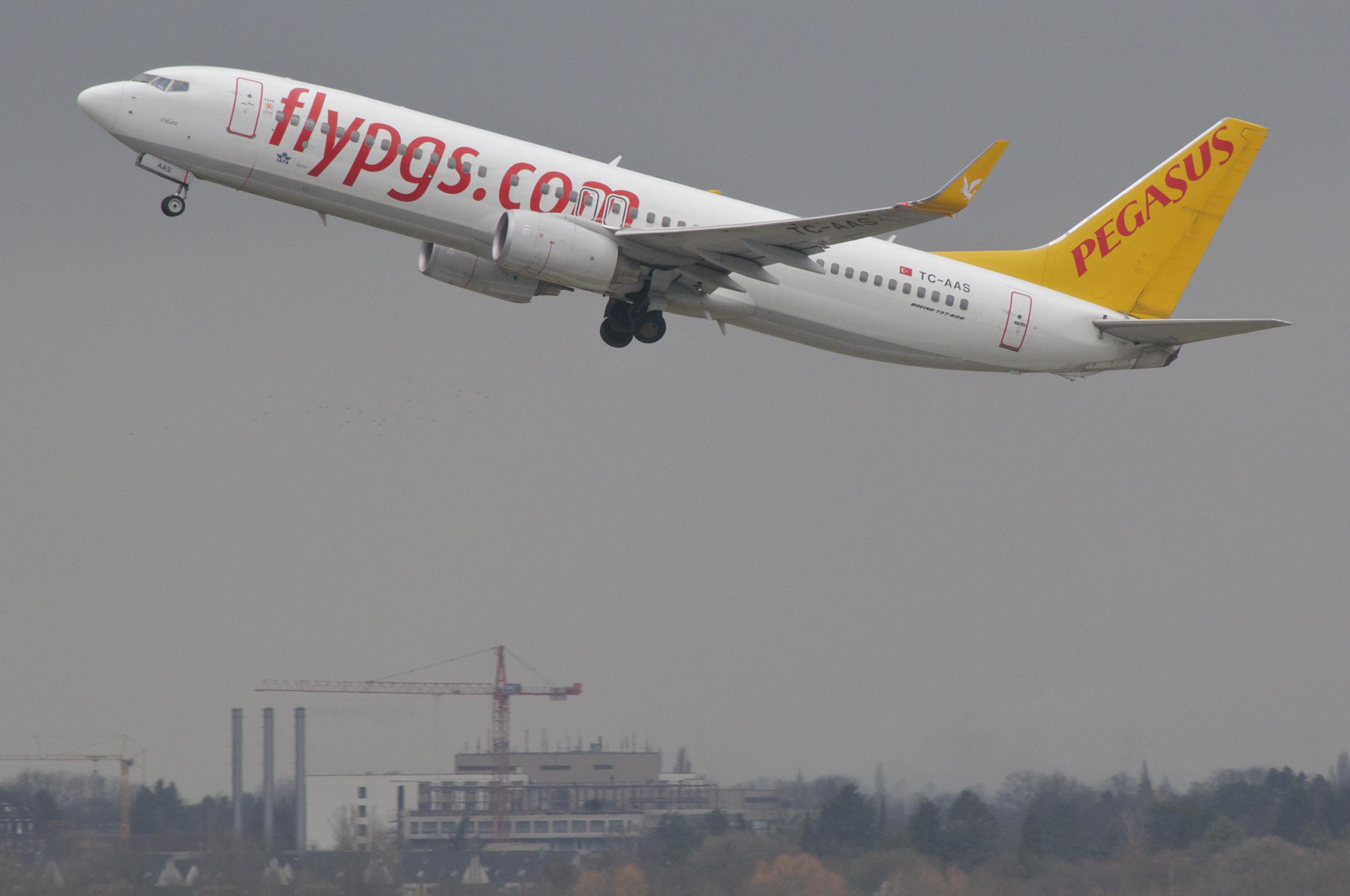 В Сети появилось видео эвакуации из застрявшего на краю обрыва самолета