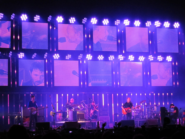 Radiohead durante un concierto en Taipéi en julio de 2012 con el escenario provisional tras el colapso de Toronto.