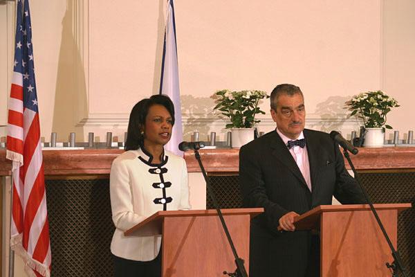 Karel Schwarzenberg a Condoleezza Riceová na tiskové konferenci v roce 2008