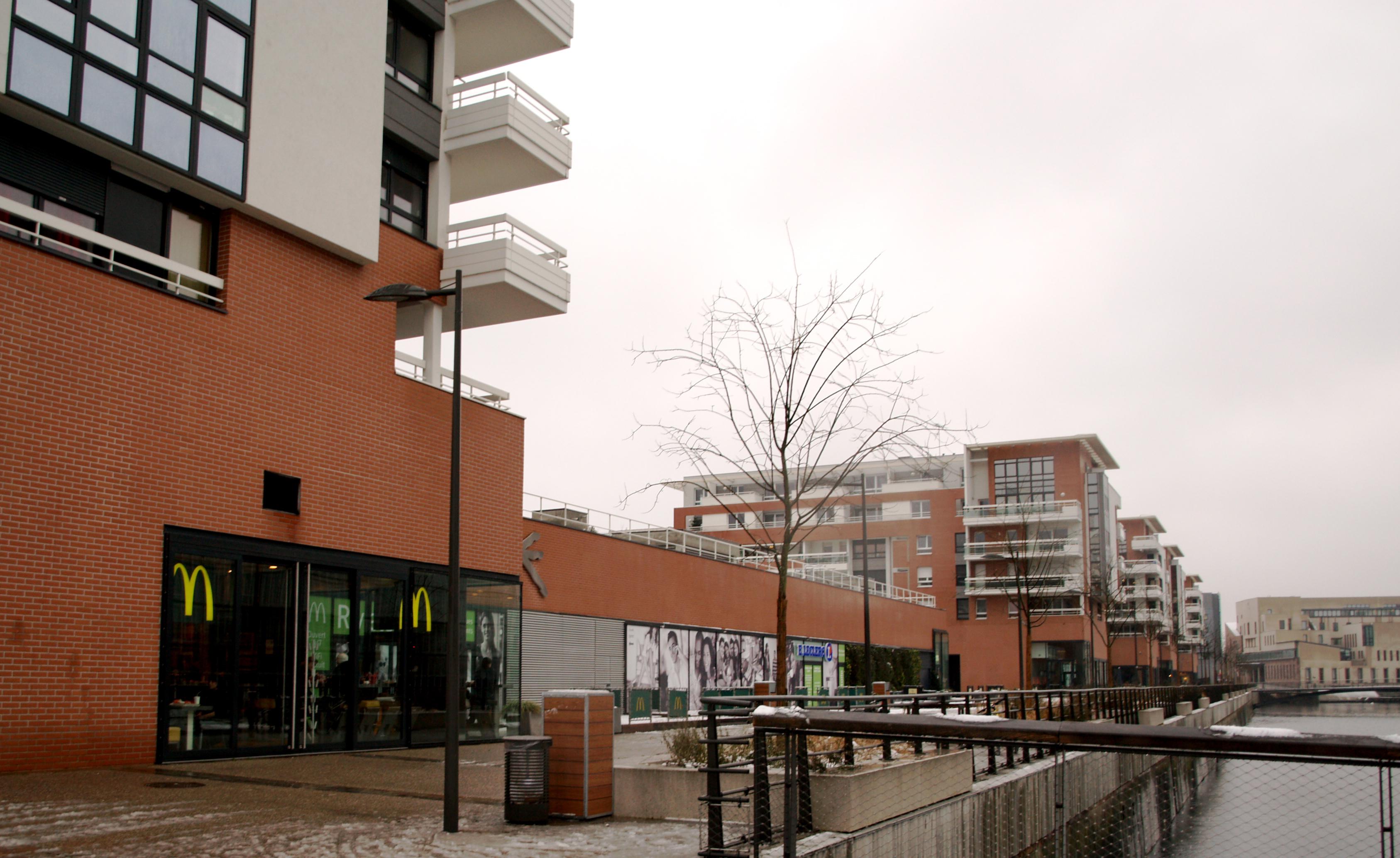 File riv toile c t jpg wikimedia commons - Centre commercial rivetoile strasbourg ...
