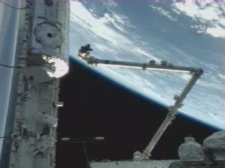 Il braccio meccanico mentre trasporta il Modulo Harmony dal Discovery all'ISS