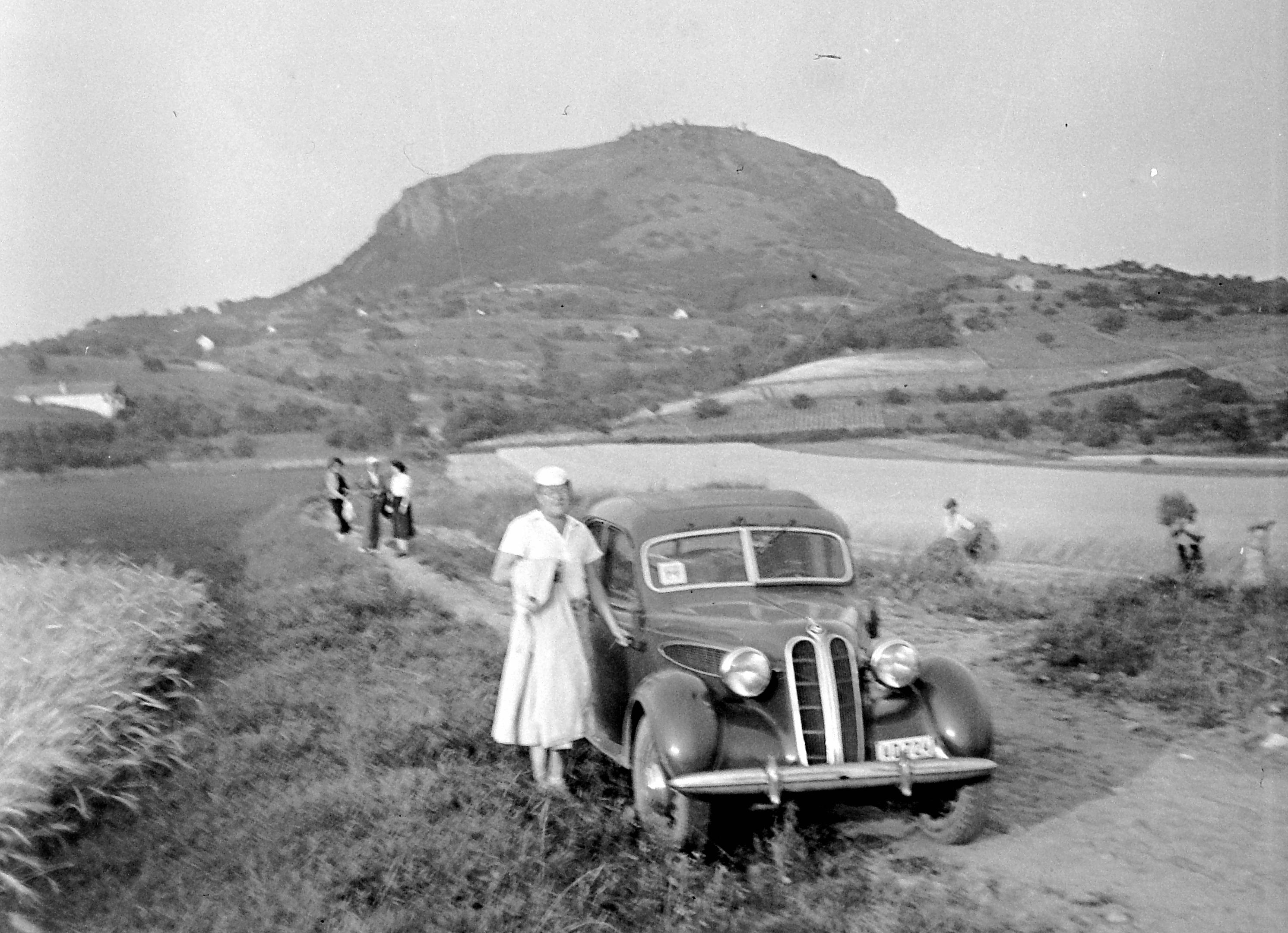 File:Tapolcai-medence, szemben a vulkáni eredetű Csobánc. BMW 320 típusú  személygépkocsi
