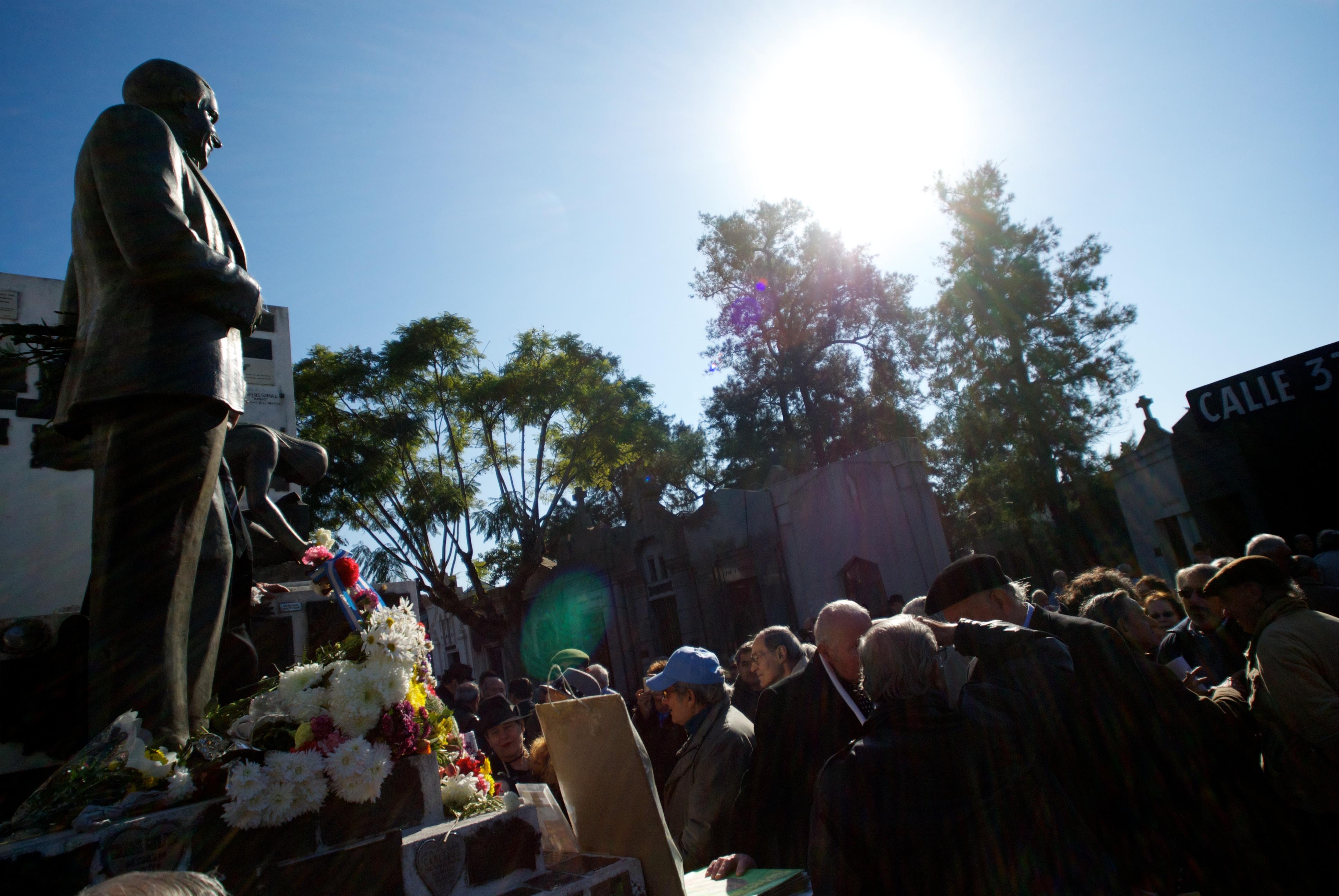Admiradores recordando a Gardel ante su tumba en el cementerio de la Chacarita en Buenos Aires, en 2012, al cumplirse 77 años de su muerte.