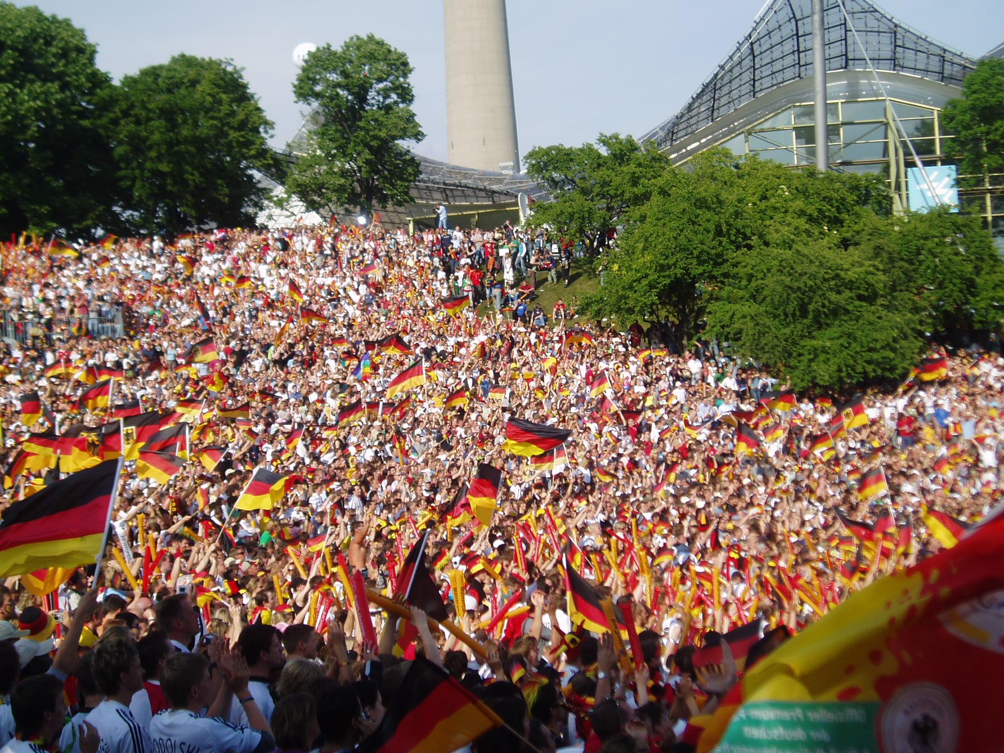 Public Viewing: Fans im Olympiapark München beim Spiel Deutschland - Costa Rica, Quelle: Wikipedia