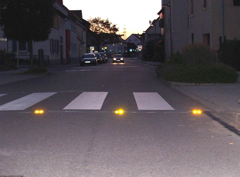 Fußgängerüberweg mit Leuchtmarkierungsknöpfen