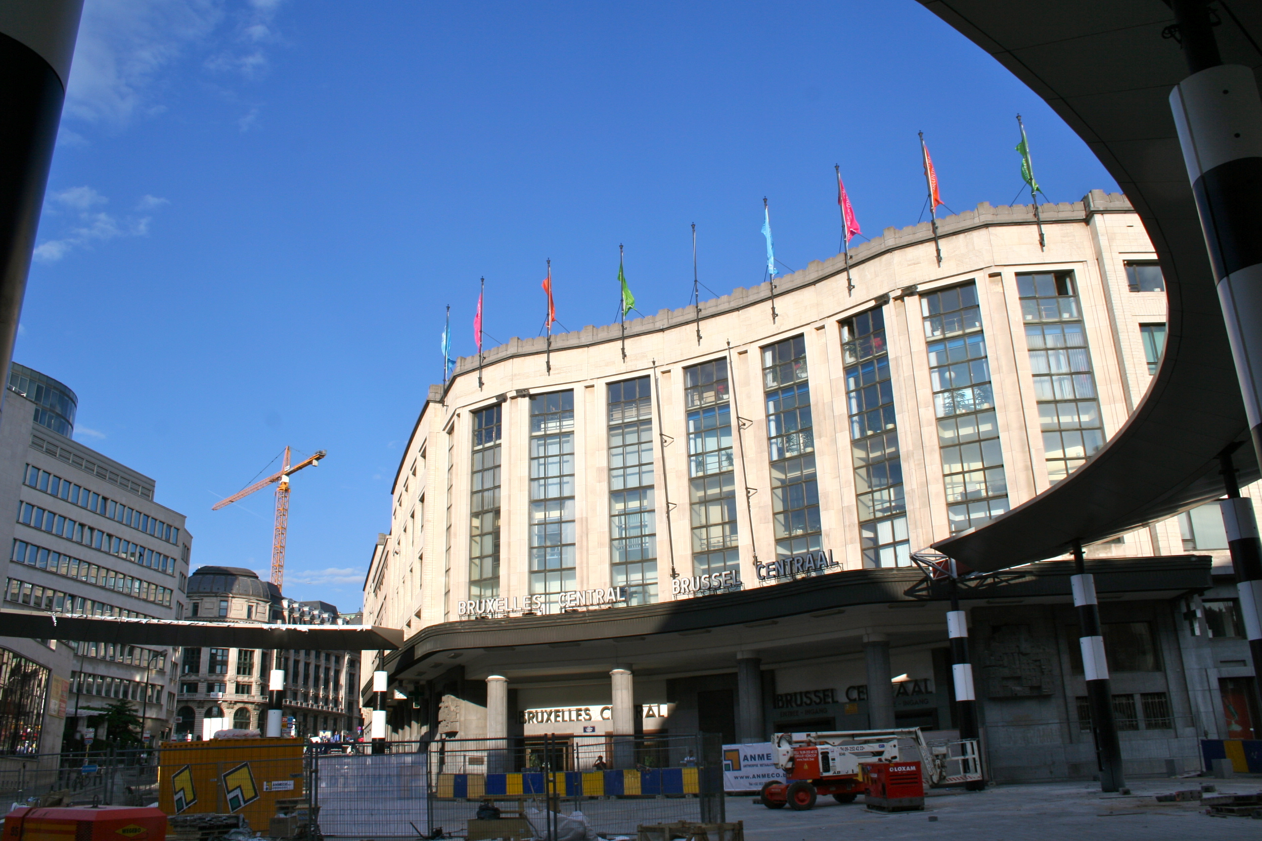 Brussels central renovations 2010.jpg English: Outside Brussels Central Station, summer 2010, toward the end of the renovations of the square. It was