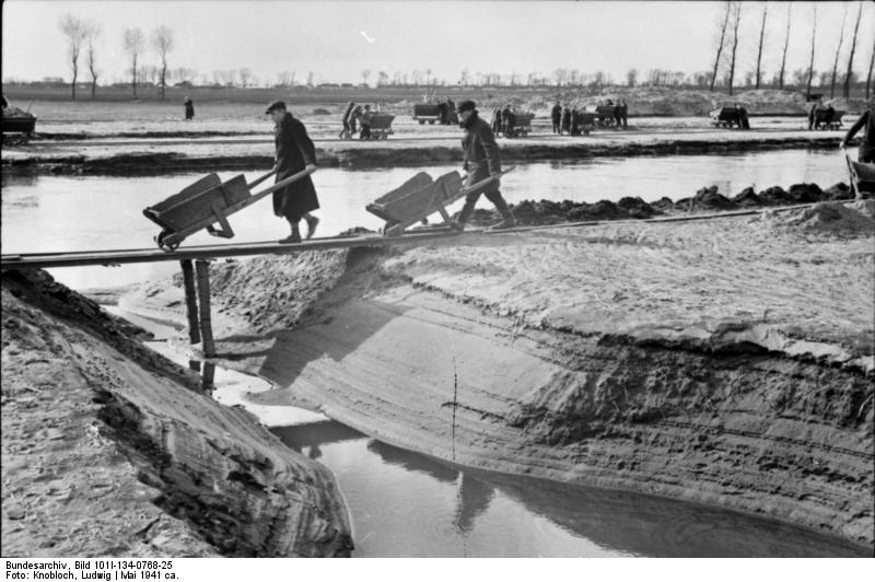 http://upload.wikimedia.org/wikipedia/commons/5/51/Bundesarchiv_Bild_101I-134-0768-25%2C_Polen%2C_Ghetto_Warschau%2C_Arbeitseinsatz.jpg