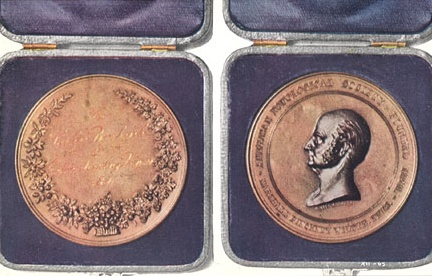 Одна из нескольких сотен медалей, полученных Бёрбанком за 30 лет работы, по изданию сочинений 1915 года (том XII).