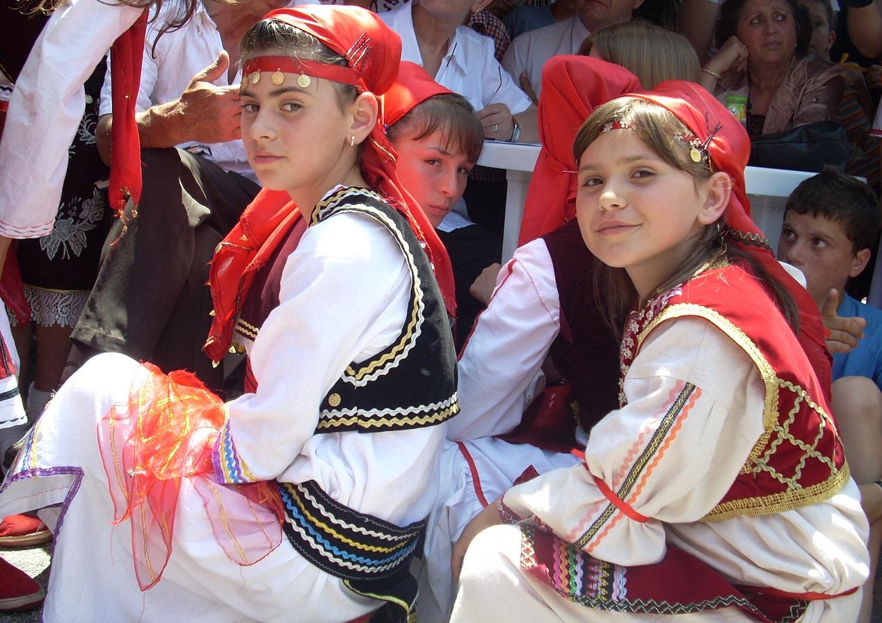 Fast die Hälfte der Bevölkerung des Landes ist unter 18 Jahre alt (2006). Im Bild Mädchen in traditioneller albanischer Tracht.