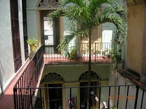 il patio in una casa coloniale di una casa particular nell
